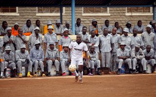 Αρχίζει το ματς. Η σφυρίχτρα της έναρξης ακούστηκε πριν την Ρωσία στην Κένυα. Οι κατάδικοι της φυλακής υψίστης ασφαλείας Kamiti, της μεγαλύτερης της χώρας, κάνουν το δικό τους Μουντιάλ που θα διαρκέσει ένα μήνα με την συμμετοχή 8 διαφορετικών ομάδων φυλακισμένων.  REUTERS/Baz Ratner