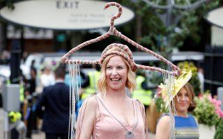 Ξεκρέμαστη. Ανήκοντας στην κατηγορία των ανθρώπων που θέλουν να συγκεντρώσουν την προσοχή με κάθε τρόπο, η κυρία της φωτογραφίας έβαλε μια κρεμάστρα για καπέλο. Ολα αυτά και άλλα πολλά συνέβησαν στις ιπποδρομίες του Ασκοτ όπου τα καπέλα αποτελούν το απαραίτητο αξεσουάρ. Action Images via Reuters/Paul Childs