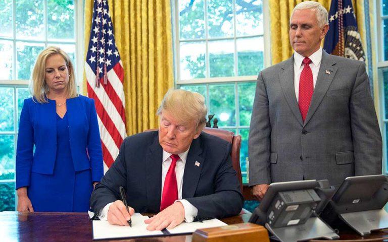ΗΠΑ: Ο Τραμπ υπέγραψε το διάταγμα για τις οικογένειες μεταναστών