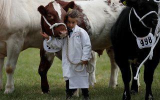 Το κατοικίδιο μου. Με την καλλονή αγελάδα της οικογένειας αγκαλιά, η μικρή συμμετέχει στο υπαίθριο πανηγύρι του Cheshire στην Αγγλία. REUTERS/Phil Noble