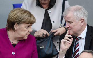 Ο ηγέτης του CSU, Χορστ Ζεεχόφερ, έδωσε δύο εβδομάδες διορία στην καγκελάριο Μέρκελ, για να μην εισέρχονται σε γερμανικό έδαφος οι μετανάστες.