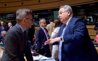 Ο υπουργός Εξωτερικών Νίκος Κοτζιάς με τον υφυπουργό Εξωτερικών της Γερμανίας Μίχαελ Ροτ, χθες, στο Συμβούλιο Γενικών Υποθέσεων.