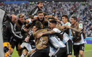 Ο Ρόχο λυτρώνει την Αργεντινή και ολόκληρη η αποστολή της «αλμπισελέστε» μετατρέπεται σε ένα κουβάρι ανθρώπων που πανηγυρίζουν.