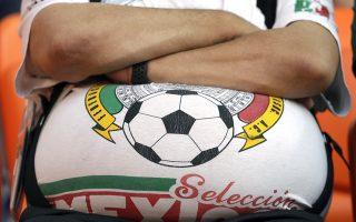 Η στρογγυλή θεά. Με υπομονή ένας φίλαθλος της εθνικής ομάδας του Μεξικού περιμένει την έναρξη του αγώνα με την Σουηδία στο Εκατερινμπουργκ της Ρωσίας. (AP Photo/Gregorio Borgia)