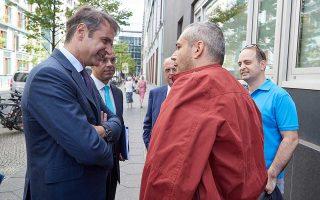 Ο κ. Μητσοτάκης συνομιλεί με πολίτες σε δρόμο του Βερολίνου.