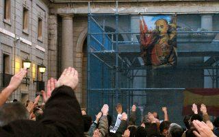 Νοσταλγοί του Φράνκο διαδηλώνουν μετά την αποκαθήλωση αγάλματός του στην Ισπανία.