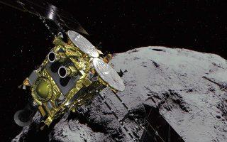 Η εικόνα που δόθηκε στη δημοσιότητα από την Ιαπωνική Διαστημική Υπηρεσία δείχνει τον αστεροειδή «Ριούγκου» και τον εξερευνητή των αστεροειδών, το διαστημικό σκάφος «Χαγιαμπούσα 2».