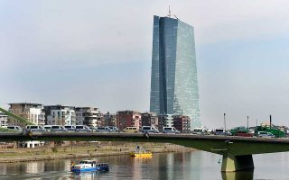 Η ΕΚΤ προχώρησε στις αρχές Ιουνίου σε μεγάλη αναθεώρηση της πρόβλεψης για την ανάπτυξη της Ευρωζώνης το 2018, κάνοντας λόγο για επέκταση με ρυθμό 2,1%, ενώ τον Μάρτιο προέβλεπε ανάπτυξη 2,4%.