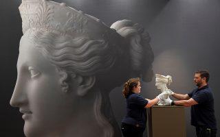 Πωλείται η τελειότητα; Ναι, θα σας πουν οι υπεύθυνοι του Sotheby's και θα σας παραπέμψουν στην δημοπρασία 2500 Years of Art: From Ancient Sculpture to Old Masters'. Εκεί θα βρείτε από αριστουργήματα όπως το εικονιζόμενο μπούστο  του  Antonio Canova μέχρι πίνακες του Rubens. . REUTERS/Toby Melville