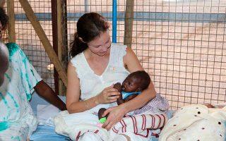 Η ηθοποιός Ασλεϊ Τζαντ κρατάει ένα μωρό σε μαιευτήριο της Τζούμπα.