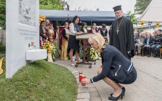 Η υφυπουργός Παιδείας της Βαυαρίας,Καρολίν Τράουτνερ, κλίνει το γόνυ μπροστά στομνημείο για τη γενοκτονία του Ποντιακού Ελληνισμού, στο προαύλιο της εκκλησίας των Αγίων Πάντων του Μονάχου.
