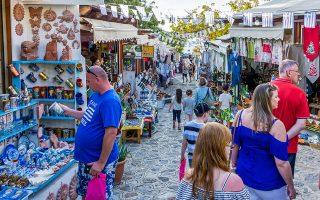 «Η Κως έχει έναν από τους μεγαλύτερους αριθμούς αφίξεων ξένων επισκεπτών στη χώρα», λέει ο αντιδήμαρχος τουρισμού Ηλίας Σηφάκης. Καλύτεροι πελάτες αναδεικνύονται οι Αγγλοι, οι Γερμανοί και οι Ολλανδοί, ενώ ανοδικά κινούνται και οι κρατήσεις από τις αγορές της Σκανδιναβίας.