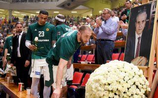 Ενα λευκό τριαντάφυλλο για τον σπουδαιότερο παράγοντα του μπασκετικού Παναθηναϊκού, από την ομάδα την οποία γιγάντωσε όσο καμία άλλη στην Ελλάδα.