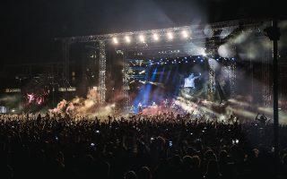 Η πλατεία Νερού αποδείχθηκε στενή για τους χιλιάδες ακολούθους των δύο καλλιτεχνών, που το γλέντησαν κανονικά το περασμένο Σάββατο.