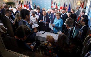 Μια άλλη άποψη της γνωστής φωτογραφίας από τη σύνοδο του G7 που έγινε viral, στην οποία ωστόσο δεν φαίνεται ο Ντόναλντ Τραμπ.