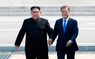 Ο Βορειοκορεάτης ηγέτης Κιμ Γιονγκ Ουν με τον Νοτιοκορεάτη πρόεδρο στην αποστρατιωτικο-  ποιημένη ζώνη, τον Απρίλιο.