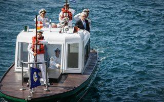 Ενα ωραίο στιγμιότυπο από τη χθεσινή επιθεώρηση του στόλου μας που έκανε ο Πρόεδρος της Δημοκρατίας Προκόπης Παυλόπουλος.