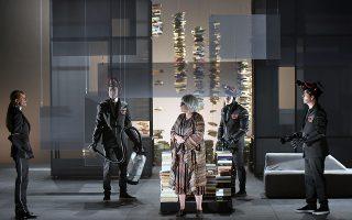 Σκηνή από την παράσταση «Φαρενάιτ 451» στο Φεστιβάλ Αθηνών.