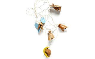 Κολιέ από ξύλο της Αυστραλής καλλιτέχνιδoς Σάλι Μάρσαλ.