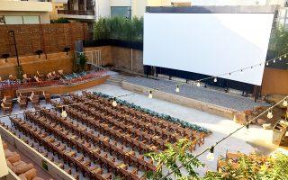 Ο θερινός κινηματογράφος «Αριάν» της Γλυφάδας επαναλειτουργεί έπειτα από 32 χρόνια, υπό νέα διεύθυνση. Η εξέλιξη αυτή φέρνει και πάλι στο προσκήνιο έναν κινηματογράφο που είχε συνδεθεί με τις μνήμες των μεγαλυτέρων. Το «Αριάν» προσφέρει καινοτομίες, όπως κερκίδες και άνετη θέαση σε πολυθρόνες, παράλληλα με τις κλασικές θέσεις σε καρέκλες σκηνοθέτη, σηματοδοτώντας την ανάκαμψη των θερινών σινεμά.