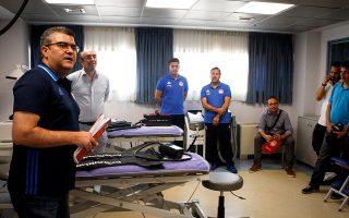 Ο γιατρός του Ολυμπιακού Χρήστος Θέος (με το λευκό πουκάμισο) ξεναγεί τους εκπροσώπους του Τύπου στο υπερσύγχρονο ιατρείο του προπονητικού κέντρου στου Ρέντη.