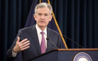 «Η οικονομία πηγαίνει πολύ καλά», δήλωσε χθες ο πρόεδρος της Fed Τζερόμ Πάουελ. Η ομοσπονδιακή κεντρική τράπεζα προβλέπει ανάπτυξη της αμερικανικής οικονομίας με ρυθμό 2,8% το 2018, ελαφρώς υψηλότερο απ' ό,τι προέβλεπε προηγουμένως και επιβράδυνσή του στο 2,4% το 2019, όσο προέβλεπε και τον προηγούμενο Μάρτιο.
