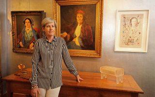 H Ελένη Μαρτίνου διοργανώνει την έκθεση τριών καλλιτεχνών.