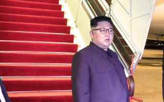 Ο ηγέτης της Β. Κορέας Κιμ Γιονγκ Ουν ετοιμάζεται να επιβιβαστεί σε κινεζικό αεροπλάνο, στο αεροδρόμιο της Σιγκαπούρης, για την επιστροφή στην πατρίδα του.