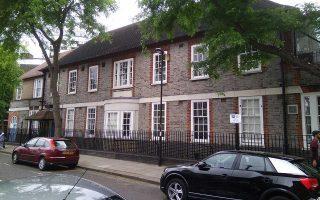 Το κτίριο στο Κέντις Τάουν του Λονδίνου, όπου ζει ο Ελληνας που μίλησε στην «Κ». «Το πρόγραμμα βοηθάει και στο ζήτημα της στέγης», λέει ο ίδιος.