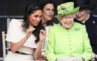 Kάτι διασκεδαστικό μοιάζει να λέει η δούκισσα του Σάσεξ, Μέγκαν Μαρκλ, στη βασίλισσα Ελισάβετ, η οποία απαθανατίστηκε από τον φακό να σκάει στα γέλια. Η δούκισσα, που ταξίδεψε με τον βασιλικό σιδηροδρομικό συρμό μαζί με τη βασίλισσα, για να εγκαινιάσουν από κοινού τη νέα γέφυρα του Νιου Μέρζι, φαινόταν να έχει δυσκολίες με το άκαμπτο πρωτόκολλο του οίκου των Ουίνδσορ. Παρ' όλα αυτά, η Αμερικανίδα ηθοποιός αντιμετώπισε με χιούμορ τις αστοχίες της, ενώ από την πλευρά της η βασίλισσα έδειξε να απολαμβάνει την παρέα της νύφης της.