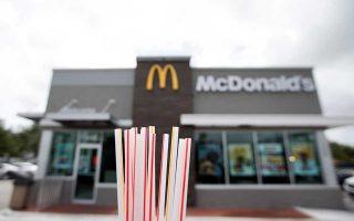 Το πλαστικό καλαμάκι θα πάψει να χρησιμοποιεί η αλυσίδα εστιατορίων McDonald's στη Βρετανία, επιλέγοντας τη χρήση περιβαλλο-ντικά ευαίσθητων υλικών.