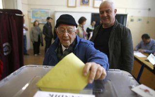 Τούρκος ψηφοφόρος ασκεί το δικαίωμά του στη Γερμανία δύο εβδομάδες πριν από την αναμέτρηση.