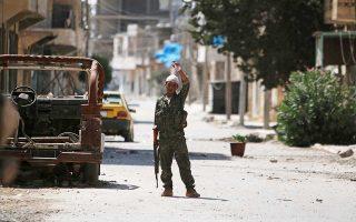 Μαχητής των Συριακών Δημοκρατικών Δυνάμεων (SDF), που περιλαμβάνουν την κουρδική πολιτοφυλακή YPG, στο Μανμπίτζ, στη βόρεια Συρία.
