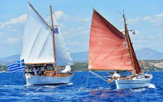 Δύο παραδοσιακά σκάφη που τρέχουν στον αγώνα των Σπετσών.