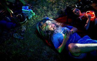 Προσκολλημένος στο smartphone παραμένει αυτός ο άνδρας, σε μουσικό φεστιβάλ του Ντέλαγουερ των ΗΠΑ.