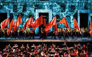 Στον 20ό αιώνα μεταφέρεται η ιστορία της αιχμαλωσίας των Εβραίων στην όπερα «Ναμπούκο» του Βέρντι στο Ηρώδειο. Ο Δημήτρης Πλατανιάς έχει τον πρωταγωνιστικό ρόλο, ενώ το «Va pensiero» θα τραγουδήσει η χορωδία της ΕΛΣ.