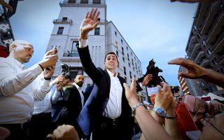 Ο ηγέτης του Κινήματος των 5 Αστέρων Λουίτζι ντι Μάιο με υποστηρικτές του στη Νάπολη, την περασμένη Τρίτη.