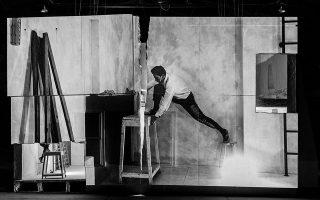 Ο Aρης Σερβετάλης στην παράσταση του Δημήτρη Κουρτάκη «Αποτυχημένες απόπειρες αιώρησης στο εργαστήριό μου».