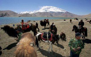 Ουιγούροι ζωέμποροι συναλλάσσονται στα παράλια της λίμνης Καρακούλ της κινεζικής επαρχίας Σιντζιάνγκ.