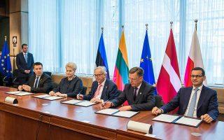 Η πρόεδρος της Λιθουανίας Ντάλια Γκριμπαουσκάιτε, ο πρόεδρος της Ευρωπαϊκής Επιτροπής Ζαν-Κλοντ Γιούνκερ και ο πρωθυπουργός της Λετονίας Μάρις Κουτσίνσκις.