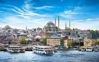 Το νόμισμα της Τουρκίας, όπως και γενικότερα η οικονομία της, είναι επιρρεπές σε οποιαδήποτε μεταβολή των επιτοκίων στις ΗΠΑ, καθώς έχει μεγάλη εξάρτηση από το ξένο κεφάλαιο και παρουσιάζει διευρυνόμενο έλλειμμα τρεχουσών συναλλαγών.