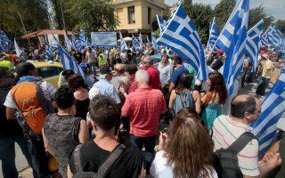 Περίπου 500 οπαδοί του Αρτέμη Σώρρα ανέμιζαν επί τρίωρο ελληνικές σημαίες και φώναζαν συνθήματα έξω από την Ευελπίδων την περασμένη Πέμπτη.