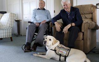 Οταν το να πάρεις κατοικίδιο γίνεται είδηση. Η Sally το εικονιζόμενο Λαμπραντόρ μετά από εντατική εκπαίδευση θα γίνει ο πρώτος σκύλος συντροφιάς για τον πρώην πρόεδρο George H.W. Bush. Στην πρώτη τους γνωριμία στην οικία του πρώην προέδρου στο Maine παρών ήταν και ο πρώην πρόεδρος Bill Clinton.  (Evan F. Sisley/Office of George Bush via AP)