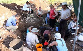 Η ανασκαφική ομάδα του Φινλανδικού Ινστιτούτου Αθηνών σε ανασκαφή στην Αρκαδία. Αριστερά, ο σημερινός διευθυντής του Ινστιτούτου Μπιορν Φορσέν.