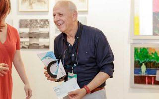 Ο Χρήστος Μπουρονίκος με το βραβείο Copelouzos Art Athina.