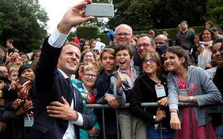Ο Γάλλος πρόεδρος έβγαλε φωτογραφίες σέλφι στην τελετή της 18ης Ιουνίου στη Σιρέν, έξω από το Παρίσι.