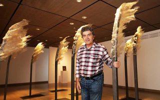 Ο άνεμος είναι ένα από τα στοιχεία της φύσης που ορίζουν τη νέα δουλειά του Κώστα Βαρώτσου στην έκθεση που εγκαινιάζεται αύριο. (Φωτογραφίες: Νίκος Κοκκαλιάς)