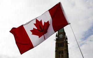 Καναδική σημαία με φύλλο κάνναβης στη διαδήλωση της 20ής Απριλίου έξω από το Κοινοβούλιο της Οττάβας.