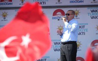 Ο Ταγίπ Ερντογάν εκφωνεί ομιλία στη διάρκεια της χθεσινής προεκλογικής του συγκέντρωσης στην πόλη Σανλιούρφα της νότιας Τουρκίας.