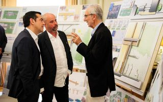 Ο πρωθυπουργός Αλέξης Τσίπρας συνομιλεί με τον πρόεδρο του Ιδρύματος Σταύρος Νιάρχος, Ανδρέα Δρακόπουλο, και τον αρχιτέκτονα Ρέντσο Πιάνο.